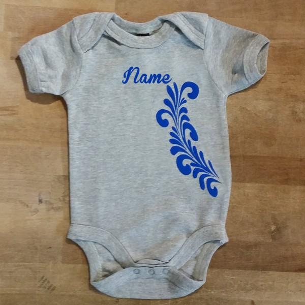 Babystrampler mit Name und Bembelranke